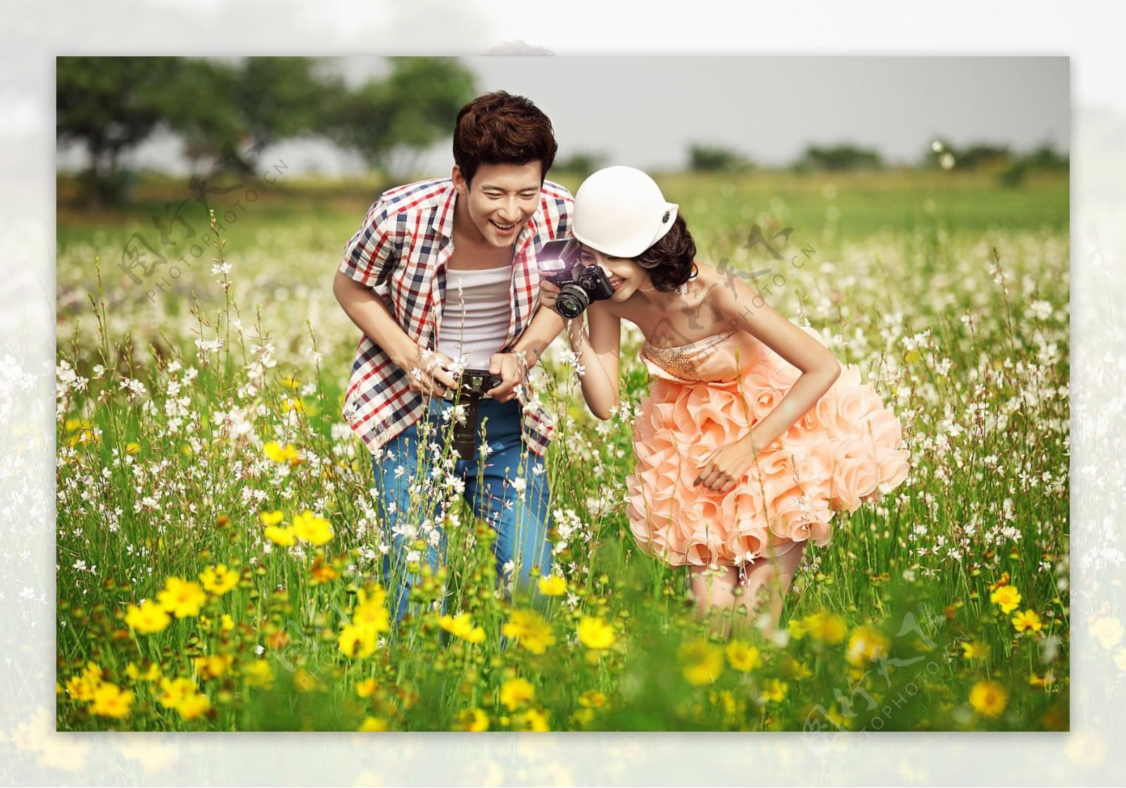 花海拍照的情侣图片